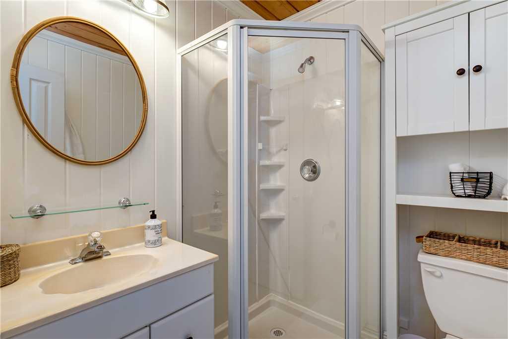 063 N King Bed Bathroom